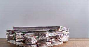 Palowy przeciążenie dokument raport na drewno stołu czasu upływie zbiory wideo