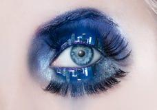 Palpebre a macroistruzione dell'orizzonte della città di notte di trucco dell'occhio azzurro Immagini Stock