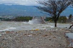 Palu kollapsade den mest iconic bron efter tsunamislag på 28 September 2018 royaltyfria foton