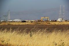 Palude d'acqua salata con industria nei precedenti Fotografie Stock Libere da Diritti