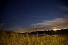 Palude dell'acqua salata sotto le stelle e la luna Fotografie Stock Libere da Diritti
