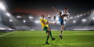 Palyers футбола воюя для шарика Мультимедиа Стоковая Фотография RF