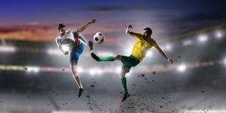 Palyers футбола воюя для шарика Мультимедиа Стоковое Изображение RF