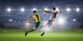 Palyers футбола воюя для шарика Мультимедиа Стоковые Изображения