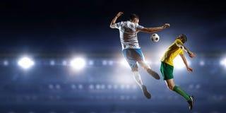Palyers футбола воюя для шарика Стоковое Изображение