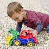 palying与玩具汽车的孩子 免版税库存图片