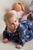 palying与玩具的逗人喜爱的女婴 免版税库存图片