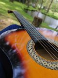 Palying-Gitarre im schönen Platz lizenzfreies stockfoto