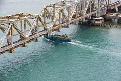 Pamban桥梁是连接Rameswaram镇班本岛的到大陆印度的一座铁路桥 打开2月24日 免版税库存照片