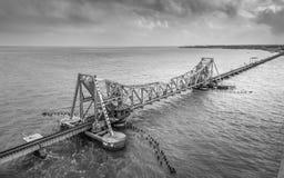 Pamban bro - en järnvägsbro som förbinder staden av Rameswaram på den Pamban ön till fastlandet Indien royaltyfri fotografi