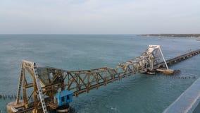 Pambanbrug, een techniekwonder in India stock afbeeldingen