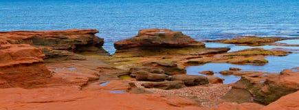Pamerama van Rode Rots bij de Oceaan royalty-vrije stock afbeeldingen