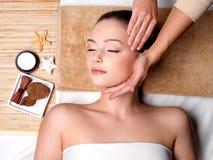 Pamering e massagem para a face da mulher Imagens de Stock
