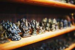 Pamiątki Indiańscy bogowie dla turystów przy rynkiem w Północnym Goa obrazy royalty free