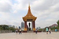 Pamiątkowa statua Preah Bora Ratanak Kaudh, robić miedziany i obubrzeżny w jawnym parku na wschód od zabytku, obrazy stock