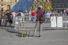 Pamiątka handel blisko louvre ostrosłupa w Paryż obraz royalty free