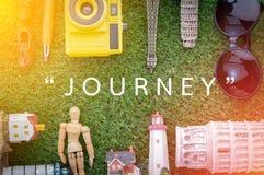 Pamiątka wokoło słowo podróży na zielonej trawie Obraz Royalty Free