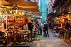 Pamiątkarscy sklepy blisko Obsługują Mo świątynię w Hong Kong Obraz Royalty Free
