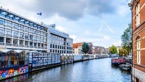 Pamiątkarscy sklepy przy sławnym Bloemenmarkt kwiatem Wprowadzać na rynek w Amsterdam, Holandia obrazy stock