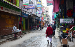 Pamiątkarski sklep i Lokalni ludzie na ulicie przy Thamel wprowadzać na rynek Zdjęcia Stock