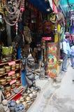Pamiątkarski sklep i Lokalni ludzie na ulicie przy Thamel wprowadzać na rynek Obraz Stock