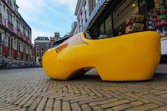 Pamiątkarski sklep z gigantycznym żółtym chodakiem przed sklepowym okno, Delft, holandie obrazy royalty free