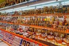 Pamiątkarskiego sklepu wnętrze w Karlovy Zmienia, republika czech Zdjęcia Royalty Free