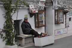 Pamiątki wlaściciel sklepu, Alberobello, Apulia region, Południowy Włochy zdjęcie stock