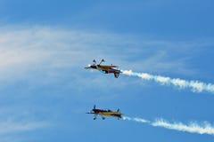 Pamiątkowy Airshow Latający byków aerobatics zespalają się z ExtremeAir XA42 samolotami Fotografia Stock