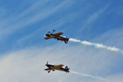 Pamiątkowy Airshow Latający byków aerobatics zespalają się z ExtremeAir XA42 samolotami Zdjęcie Stock