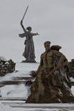 Pamiątkowy powikłany Mamaev Kurgan dekorował z flaga w honorze Fotografia Stock