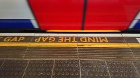 Pamięta przerwy kerb znaka z chodzenie tubki pociągiem zdjęcia royalty free