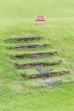 Pamięta twój kroka znaka ostrzegawczego ostrzeżenie naturalni drewniani kroki dalej Zdjęcia Royalty Free