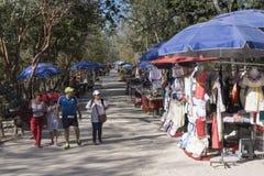 Pamiątkarscy sprzedawcy przy majowie ruinami Chichen Itza Obrazy Royalty Free