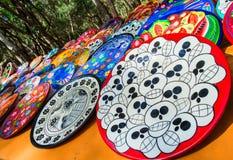 Pamiątki na rynku przy Chichen Itza Majowie indianie, czaszka, magnesy, talerze Zdjęcie Stock