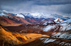 Pamir berg Sikten från passerandet Akbaital Royaltyfri Bild