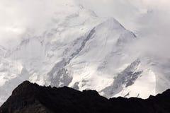 Pamir-Berge mit Spitze Lenin, die durch Wolken eingehüllt wird, Kirgisistan lizenzfreie stockfotos