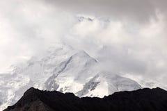Pamir-Berge mit Spitze Lenin, die durch Wolken eingehüllt wird, Kirgisistan lizenzfreie stockbilder