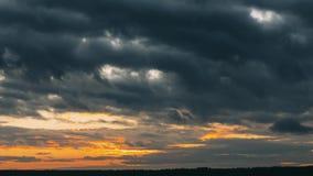 Pamoramic sikt Ljus dramatisk himmel med fluffiga moln För apelsin, blåa och magentafärgade färger för guling, Time-schackningspe lager videofilmer