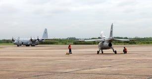 Pampas och Lockheed C-130 Hercules för FMA IA-63 på I-luftbrigaden av El Palomar i Buens Aires Argentina royaltyfria foton