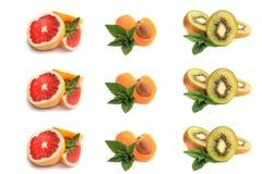 Pampelmuse, Aprikose, Scheiben der reifen Kiwi mit tadellosen Blättern Lizenzfreie Stockbilder