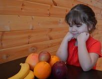 Pampelmuse, Banane, Vitamine, Gesundheit, Nahrung, Diät, Frühstück, Orange, Apple, Mädchen, Kind, Nahrung, Glück, Freude, Geschma lizenzfreies stockbild