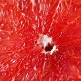 Pampelmuse geschnittene Hälfte auf grauem Hintergrund Zitrusfrucht-Makro Kopieren Sie Raum, Draufsicht lizenzfreie stockfotos