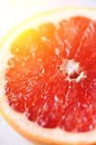Pampelmuse geschnittene Hälfte auf grauem Hintergrund Zitrusfrucht-Makro Kopieren Sie Raum, Draufsicht Sommerlebensmittelkonzept stockbild
