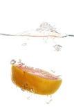 Pampelmuse im Wasser lizenzfreie stockfotografie
