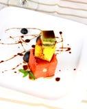 Pampelmuse, Kiwi und orange Nachtisch mit Schokoladensoße Stockbilder