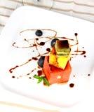 Pampelmuse, Kiwi und orange Nachtisch mit Schokoladensoße Stockfotos