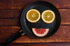 Pampelmuse, orange Zitrone schnitt auf dem Tisch lizenzfreies stockbild