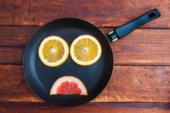 Pampelmuse, orange Zitrone schnitt auf dem Tisch stockfotografie
