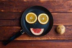Pampelmuse, orange Zitrone schnitt auf dem Tisch lizenzfreie stockfotografie
